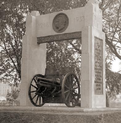 Pomnik Marszałka Piłsudskiego, który w 1933 roku odsłonięto w koszarach I Dywizjonu Artylerii Konnej w Warszawie.