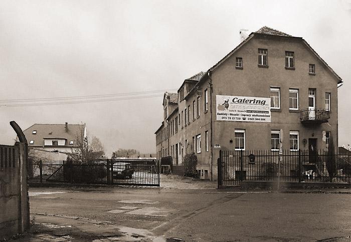 """Budynek dawnej wytwórni czekolady """"Lela"""" Lenz & Lange . Po 1945 r. obiekt był siedzibą gminnej spółdzielni, mieściły się tam biura, bank spółdzielczy i magazyn zbożowy"""